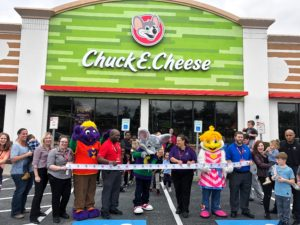 Chuck E. Cheese has a new look! Find out how they've updated their building inside and out and how your kids will have even more fun there. One of the fun activities for toddlers during the winter to keep them entertained all day! #ad #sponsored #games #chuckecheese