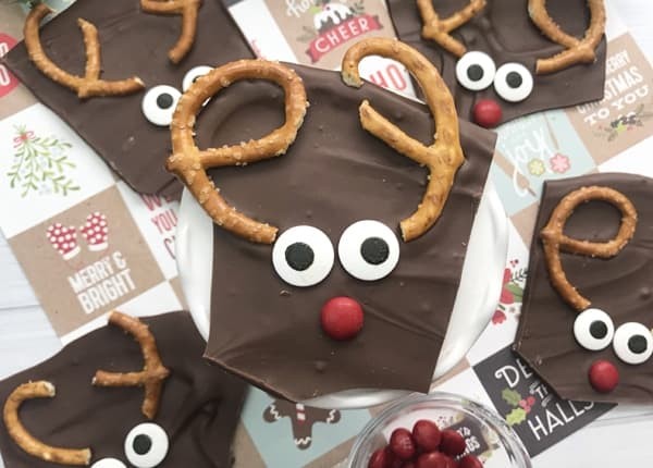 7 kid friendly Christmas recipes so eay your kids can make them with mom and their families this holiday. Make xmas more memorable by baking with kids and children. Bake holiday cookies and rice krispies gingerbread houses desserts delicious for the whole family. #holidaybaking #Christmas #baking #dessertrecipes #bakinghacks