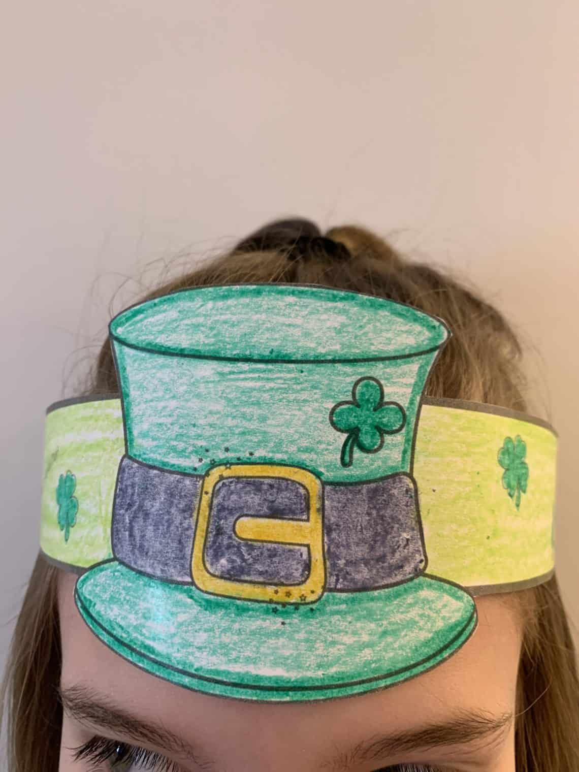Fun and easy St. Patrick's Day Leprechaun hat crafts for kids. Boys and girls will love coloring this free template image. A perfect St. Paddys picture for children and families to celebrate the green Irish holiday. #saintpatricksday #stpatricksdaycrafts #papercraftideas #leprechaun #kidscrafts