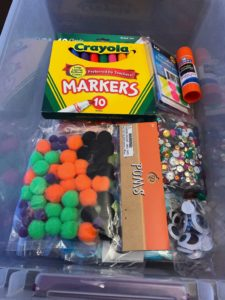 Cheap busy bag ideas for 2 year old toddlers and preschoolers. Head to the dollar store and learn howto make simple educational boxes for boys and girls. #busybags #preschoolers #toddleractivities #toddleractivity #funactivities